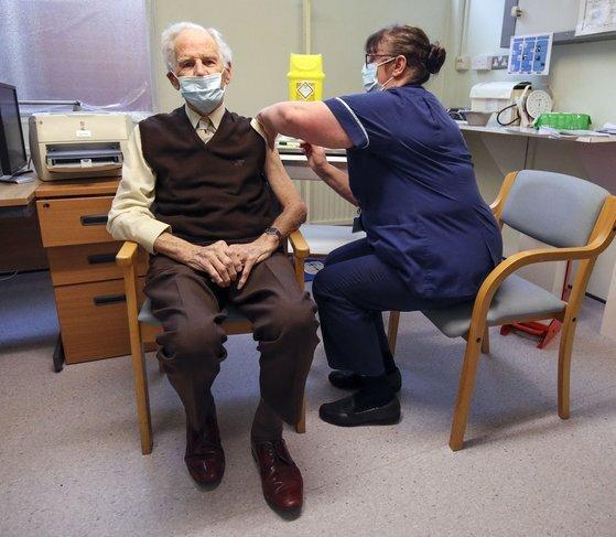 영국 런던에서 화이자 백신 접종이 진행되고 있다. [AFP=연합뉴스]