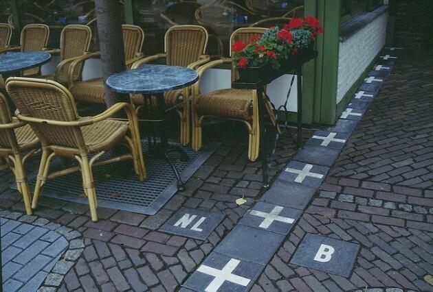 벨기에 마을 `바를러헤르토크`와 네덜란드 마을 `바를러나사우` 사이에 놓인 국경. [사진 출처 = Wikipedia]