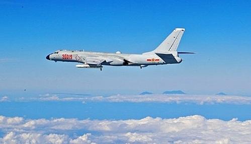 """【서울=뉴시스】최근 중국군 최신형 전략폭격기 훙(轟·H)-6K를 포함한 전투기들이 대만 상공을 2차례 선회비행한 것이 주목받는 가운데 중국군이 남중국해, 동중국해 및 대만해 순찰비행을 지속할 것이라고 확인했다. 15일 중국 공군 선진커 대변인이 """"최근 중국 공군이 진행한 원해 비행훈련, 동중국해에서의 경계비행과 남중국해에서의 전략순찰 비행 등은 모두 계획에 따른 상시 작전이자 합법적이고 합리적인 사안""""이라면서 """"군은 향후 계획대로 이 작전을 이어갈 것""""이라고 밝혔다고 전했다. 중국 공군이 공개한 H-6K 비행하는 사진. (사진출처: 웨이보) 2016.12.15"""