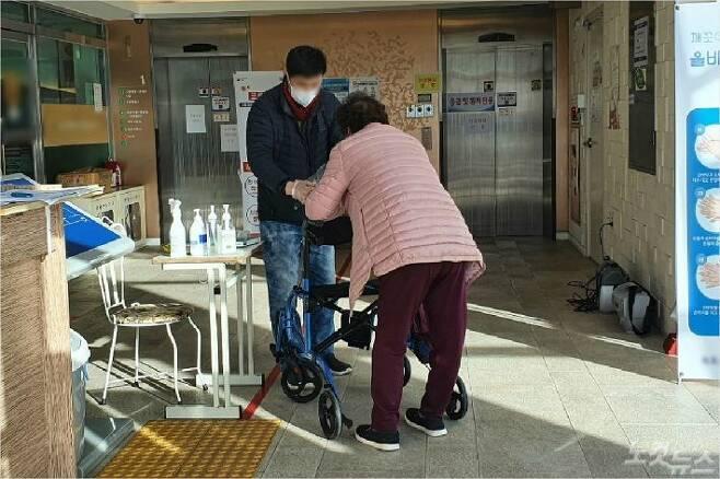 속초지역의 한 요양병원 입구에서 한 어르신이 출입 전 위생장갑을 착용하고 있다. (사진=유선희 기자)