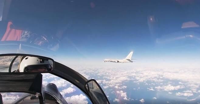 중국 H-6 폭격기를 호위하는 러시아 수호이(Su) 전투기 [러시아 국방부 제공 영상 캡처.재판매 및 DB 금지]