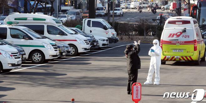 21일 서울 중구 국립중앙의료원에서 구급차가 대기중이다. 2020.12.21/뉴스1 © News1 김명섭 기자