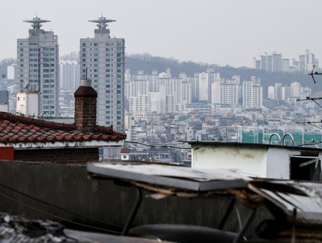 지난 3일 30대 아들과 함께 살던 60대 노모가 사망한 채 발견된 서울 서초구 방배동 다세대주택 뒤로 11일 오전 주상복합 및 아파트 단지가 보인다. 이한호 기자