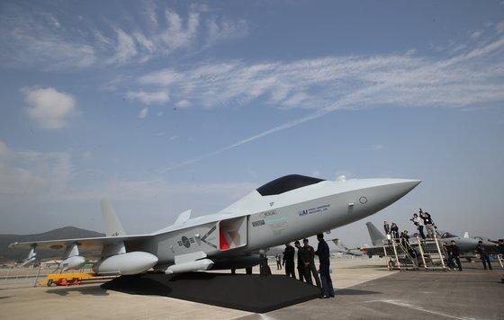 2019년 10월14일 경기 성남 서울공항에서 열린 '서울 국제 항공우주 및 방위산업 전시회(ADEX) 2019)' 프레스 데이 행사에서 공군이 한국형 전투기(KF-X)의 실물모형을 공개했다. [연합]