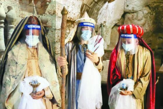 이탈리아 중부 움브리아주 오르비에토에 성탄을 앞둔 22일 설치된 동방박사 3명의 인형. 팬데믹 시대상을 반영해 마스크와 안면 보호장비를 두른 모습이다. EPA=연합뉴스