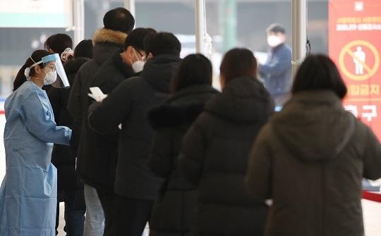 검사 순서 기다리는 시민들. 연합뉴스