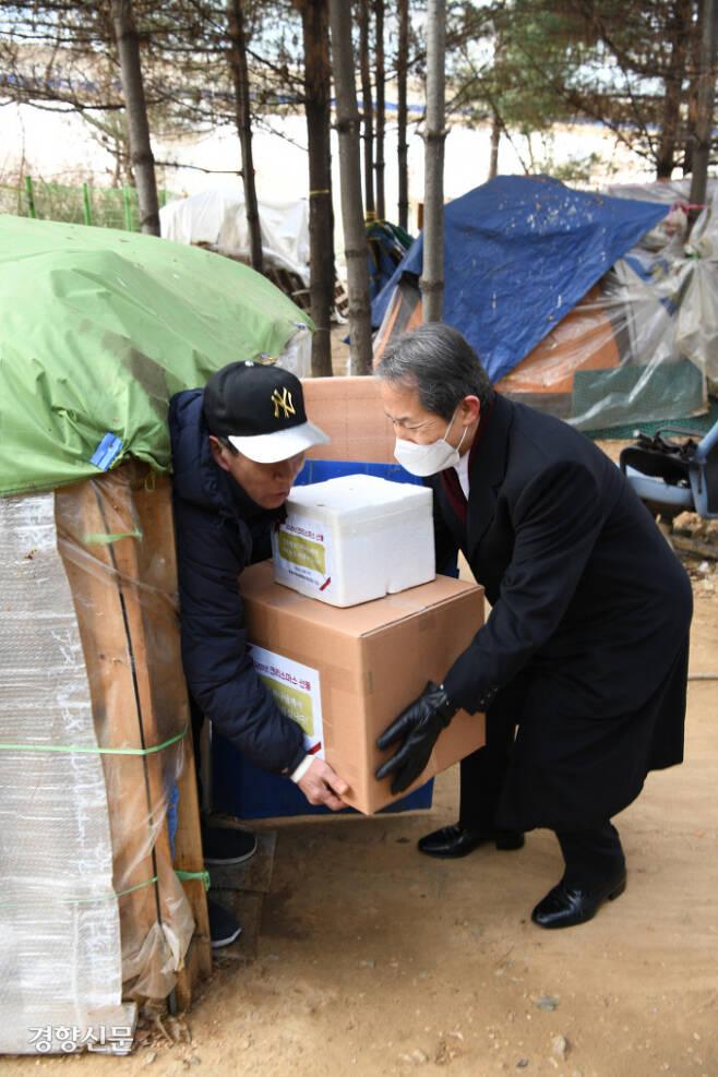 한국기독교목회자협의회(한목협)는 24일 서울 용산의 노숙자 텐트촌을 찾아 방한 용품 등을 전달하며 용기와 위로의 인사를 건넸다. 한목협 제공.