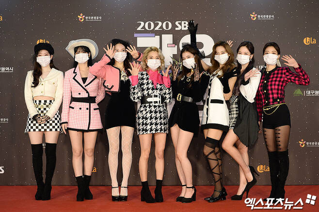 TWICE, who attended the SBS Gayo Daejeon in Deagu red carpet event, which was held in the afternoon of the 25th in Deagu with independentness and non-face-to-face, has photo time.