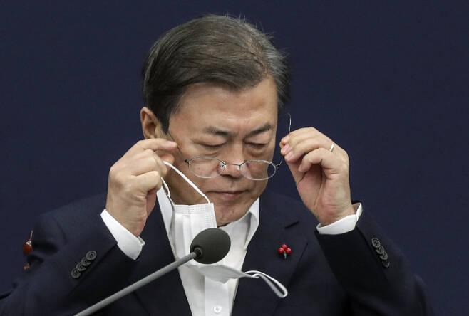 문재인 대통령이 지난 7일 청와대 수석·보좌관 회의에서 안경을 쓰고 있다. 청와대사진기자단
