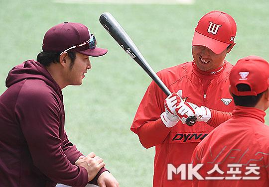 대화를 나누고 있는 키움 박병호(왼쪽)와 SK 최정(오른쪽). 사진=김영구 기자