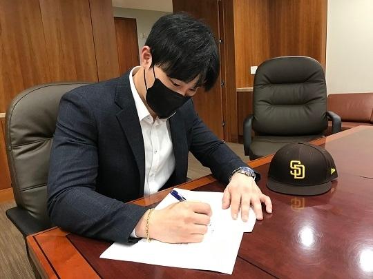 계약서에 사인하는 김하성(사진=샌디에이고 파드레스)