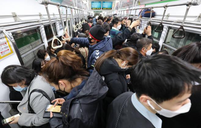 서울 지하철 내부가 퇴근하는 시민들로 붐비고 있다. ⓒ 시사저널 박정훈