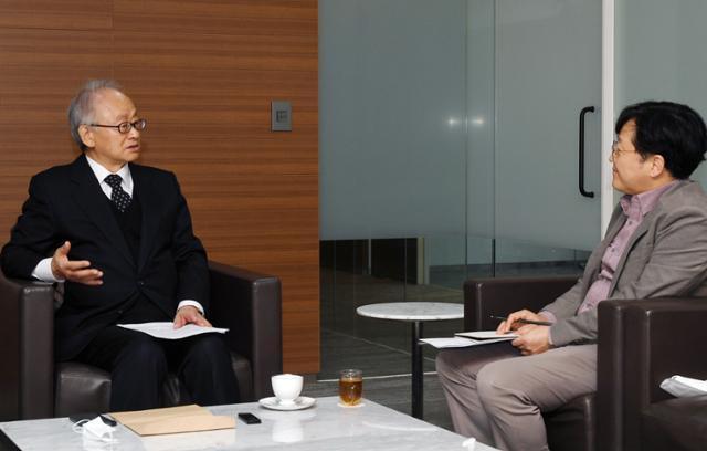 이부영 이사장이 5일 한국일보 본사 18층 접견실에서 인터뷰하고 있다.05. 왕나경 인턴기자.