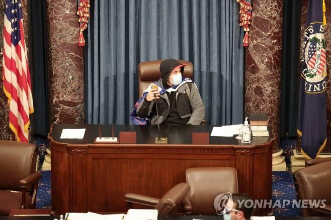 상원의장석에 앉은 시위대 [AFP=연합뉴스]