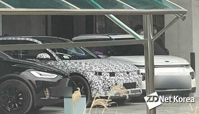 지디넷코리아는 29일 서울 강동구 한 건물에 테슬라 모델 X와 기아차 쏘울 부스터 전기차와 나란히 서있는 아이오닉 5 전기차 모습을 포착했다.