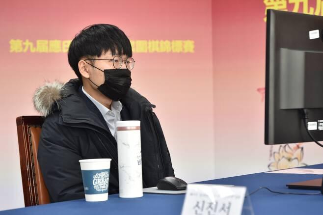 잉씨배 준결승 1국서 자오천위에 승리한 신진서 9단. 막판까지 패색이 짙었으나 집요한 추격과 상대의 시간 관리 실패에 힘입어 극적으로 이겼다   /한국기원