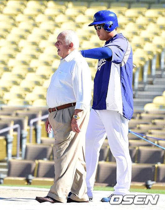 [OSEN=지형준 기자] 토미 라소다 전 다저스 감독이 2014 메이저리그 LA와 애리조나의 경기에 앞서 훈련 중인 류현진을 격려하고 있다. /jpnews@osen.co.kr
