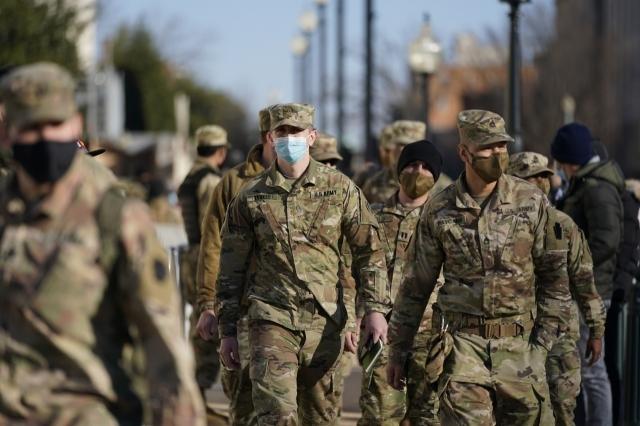 워싱턴DC 주방위군이 의회 난동 사태가 발생한 이튿 날인 7일(현지시간) 미 의사당 주위에 투입되고 있다. AP연합뉴스