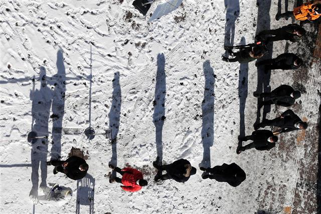 '눈 위에서 계속되는 기다림' - 7일 오후 경기도 수원역 광장 마련된 임시선별검사소에서 신종 코로나바이러스 감염증(코로나19) 검사를 받기 위한 시민들이 밤사이 내린 눈 위로 줄 서 있다. 2021.1.7/뉴스1