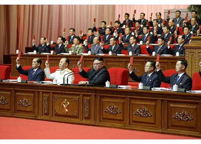지난 9일 김정은 총비서가 참석한 제8차 노동당 대회 모습. 아무도 마스크를 착용하지 않았다. 연합뉴스
