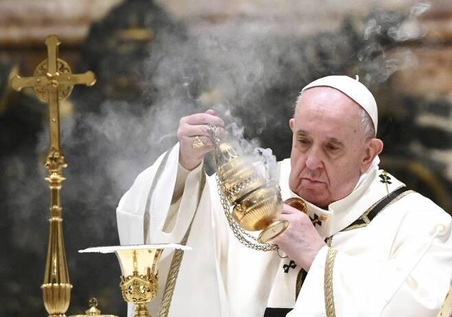 프란치스코 교황이 24일(현지시간) 바티칸 성 베드로 대성당에서 크리스마스이브 미사를 집전하고 있다./사진=뉴시스