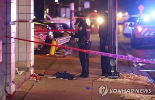 9일(현지시간) 미국 시카고 총기 난사 현장에서 조사를 하고 있는 경찰[AP=연합뉴스]