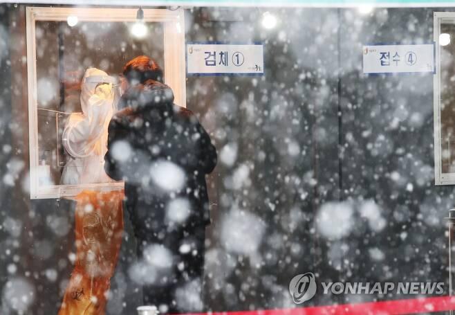 폭설 속 선별검사소 (서울=연합뉴스) 박동주 기자 = 눈이 내린 12일 오후 서울역 광장에 마련된 코로나19 임시 선별검사소에서 시민들이 검사를 받고 있다. 2021.1.12 pdj6635@yna.co.kr