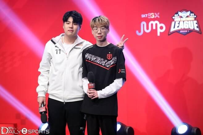 2020 카트라이더 리그 시즌1 개인전 결승전 무대에 나란히 선 문호준(왼쪽)과 유창현.