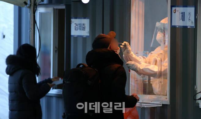 2020년 마지막날인 31일 오전 서울광장에서 마련된 신종 코로나바이러스 감염증(코로나19) 임시선별진료소를 찾은 시민들이 검사를 받고 있다. (사진=이데일리 DB)