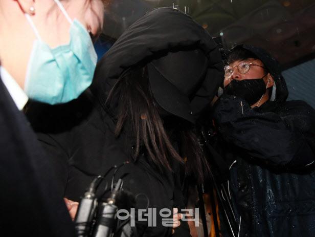 생후 16개월 입양아를 학대해 사망하게 한 혐의를 받고 있는 양모 장모씨가 지난해 11월 19일 오전 서울 양천경찰서에서 검찰 송치를 위해 호송되고 있다. (사진=이데일리 노진환 기자)