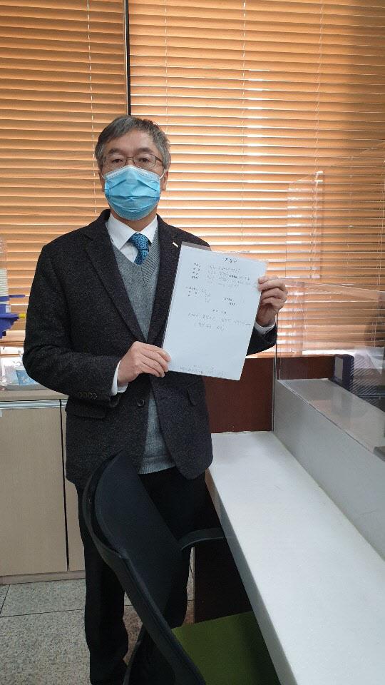 이상훈 대한치과의사협회 협회장이 13일 진정서와 성명을 제출하고 있다.