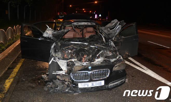 12일 하남시 미사대로 광주방향으로 달리던 BMW 520D에서 불이 났다. 이번 차량은 2015년식 모델로 리콜 대상으로 조사됐다.(하남소방서 제공) 2018.8.13/뉴스1
