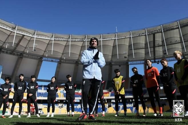 사상 첫 올림픽 본선 진출을 노리는 여자축구대표팀 앞에 '자가격리'라는 문제가 대두됐다. 문체부는 이와 관련해 '예외적용'을 요청한 상태다. (대한축구협회 제공) © 뉴스1