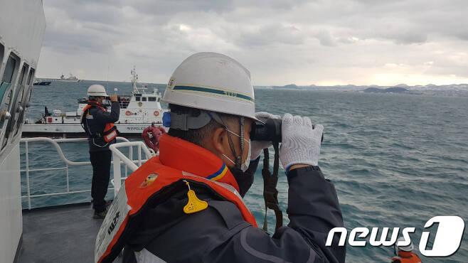저인망어선 32명민호(39톤·한림선적) 전복사고가 발생한 지 나흘 째인 1일 오후 해경이 실종자를 수색하고 있다.(제주지방해양경찰청 제공)2021.1.1 /뉴스1