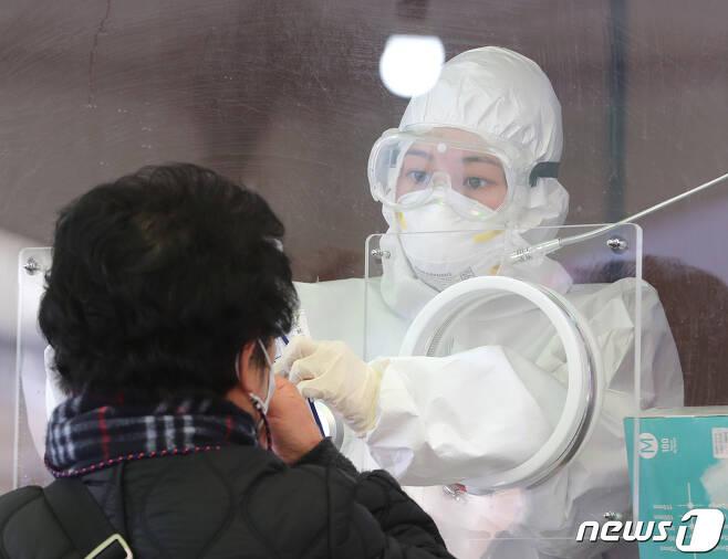 신종 코로나바이러스감염증(코로나19)  임시선별진료소에서 의료진이 검체 채취를 하고 있다.  /뉴스1 DB