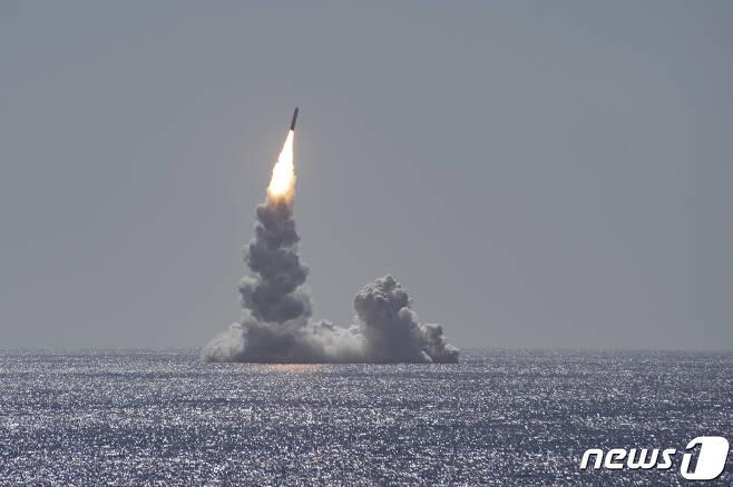 지난해 2월 12일(현지시간) 캘리포니아 샌디에이고 앞바다에서 오하이오급 전략핵잠수함 메인함이 잠수함발사탄도미사일(SLBM) '트라이던트2'를 시험발사 하고 있다. (미 해군태평양사령부 제공)2020.2.13/뉴스1