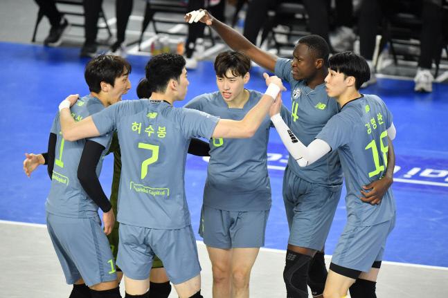 현대캐피탈 선수들이 13일 천안유관순체육관에서 열린 V리그 남자부 삼성화재와 경기에서 득점 후 함께 기뻐하고 있다. 제공   한국배구연맹