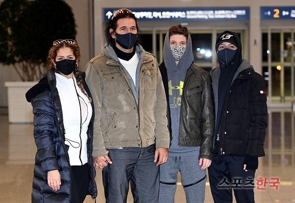 지난 11일 입국한 한화 수베로 감독의 가족. 스포츠코리아 제공