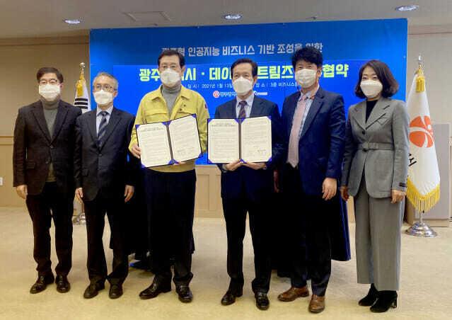 이용섭 광주광역시장(왼쪽 세번째)과 이영상 데이터스트림즈 대표(왼쪽 네번째) 등이 업무 협약을 맺고 있다.