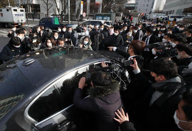 정인이 양부 탑승 차량 향해 항의하는 시민들ⓒ데일리안 홍금표 기자