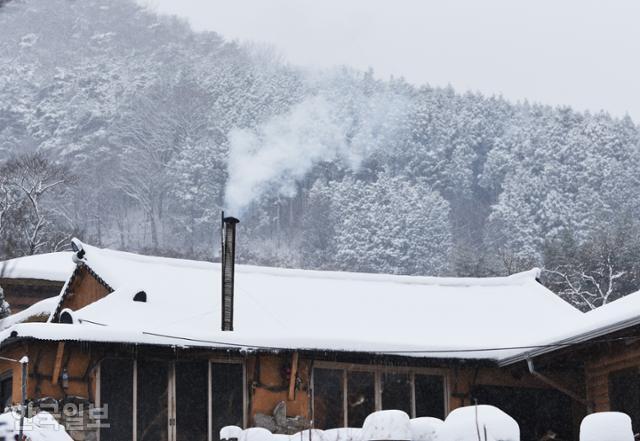 금곡영화마을 한 가정집에 하얗게 연기가 피어오르고 있다.