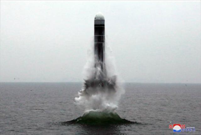 2019년 10월 조선중앙통신 홈페이지에 공개된 북한의 잠수함발사탄도미사일(SLBM) 북극성-3형 시험 발사 모습. 조선중앙통신 연합뉴스