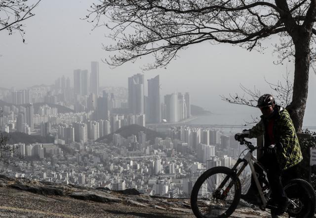 초미세먼지 농도가 부산지역에서 '나쁨' 수준을 보인 13일 오전 해운대 일대가 뿌옇게 보이고 있다.부산=연합뉴스
