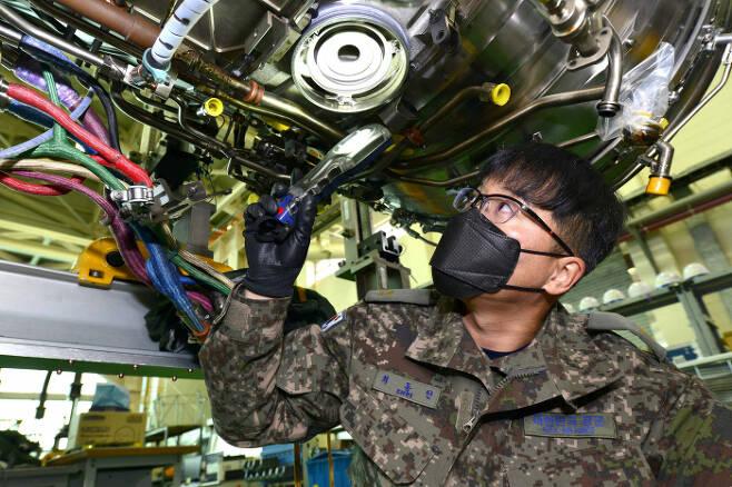 '항공우주공학 국제기술사'를 취득한 공군 군수사령부 항공자원관리단 최동인 준위. 공군 제공