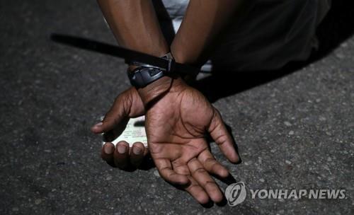 한 남성이 지난 9일 남아공 프리토리아에서 야간통금 위반혐의로 체포된 모습. 로이터연합뉴스