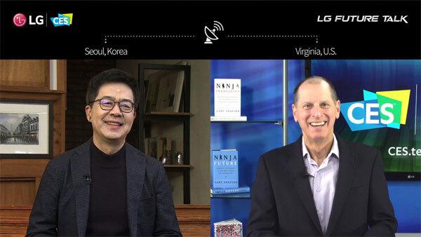 LG전자 최고기술책임자 박일평 사장(왼쪽)과 게리 셔피로 미국소비자기술협회 최고경영자가 12일(현지시간) CES 2021에서 이야기하고 있다.  [사진 제공 = LG전자]