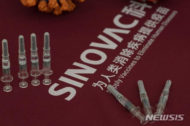 [베이징=AP/뉴시스]지난해 9월24일 중국 베이징의 시노백사 공장에 이 회사가 개발한 신종 코로나바이러스 감염증(코로나19) 백신이 전시돼 있다. 중국 시노백이 개발한 신종 코로나바이러스 감염증(코로나19) 백신이 브라질 임상시험에서 50.4%의 효과를 보여 당초 발표에 크게 미치지 못한다는 연구 결과가 나왔다. 2021.1.13