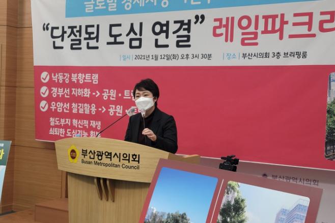 이 예비후보가 능동감시대상자로  지정된 이후인 12일 오후 부산시의회에서 공약 발표 기자회견을 하고 있다. 박중석 기자