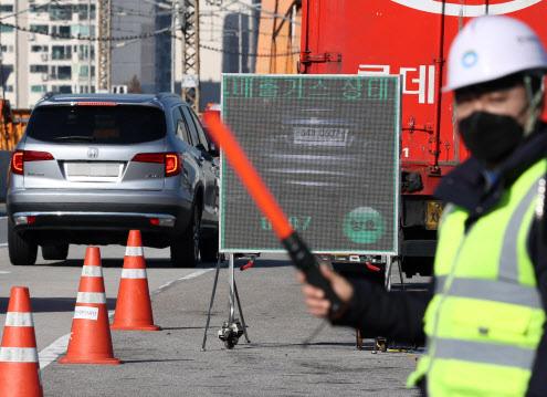 제2차 미세먼지 계절관리제가 시행되는 1일 서울 동호대교 남단에서 한국환경공단 관계자가 원격측정기를 활용해 주행중인 차량의 배출가스를 단속하고 있다.(사진=연합뉴스)