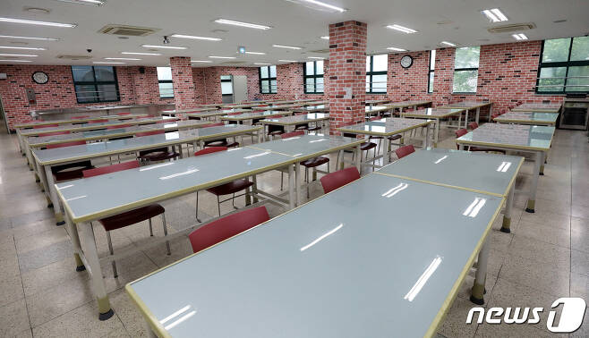 제천지역의 각급 학교가 지난해 코로나19로 온라인 수업이 진행됨에 따라 상당액의 급식비가 남았는데도 이를 제대로 사용지 못하고 불용 처리하자 학부모들의 원성을 사고 있다.© News1